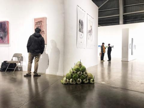展览现场分几处堆放的杨健作品《物流网》