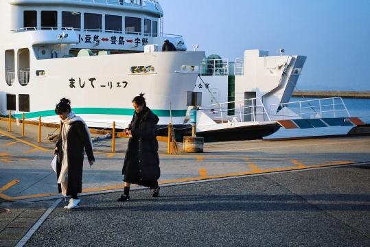 从滚装船上下来的游客 ©何海洋摄_瀚和文化提供