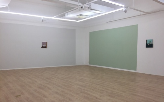 精致的小尺幅作品与墙面的大色块搭配,营造出轻盈的节奏感