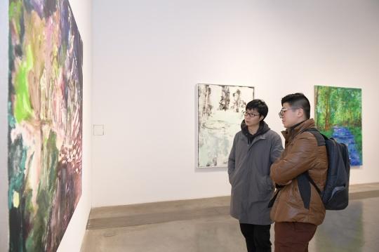 艺术家 许宏翔(左)