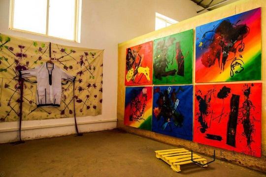 艺术家根据饲养员画廊参展博览会的展位图,现场还原了一个展位