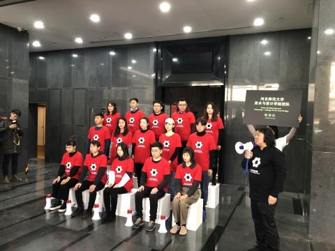 河北师范大学美术与设计学院团队创作的行为艺术作品《啦啦队》