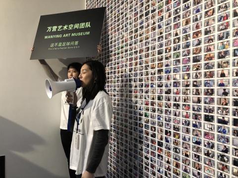 """带着""""如果不是足球,它会是什么?""""疑问,万营团队在街头采访了上千位普通人,收获了一份五花八门的答案,并将视频截图拼成了一面特别的墙纸"""