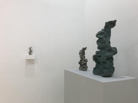 不同材质、不同尺寸的三件相同形态的作品