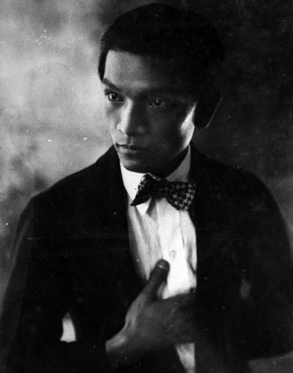 艺术家陈福善,作为20世纪香港艺术圈的纽带人物,长相帅气的陈福善是一个爱玩儿、社交型的艺术家、社会活动家