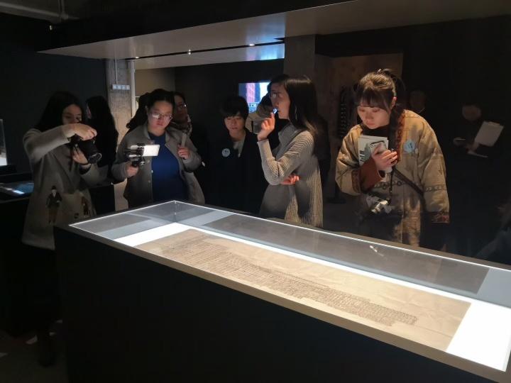 """2018年3月,由李佳策划的""""漂流""""在现代汽车文化中心二楼展厅正式开展。2017年,李佳凭借该展获得首届Hyundai Blue Prize""""创意能量""""大奖"""