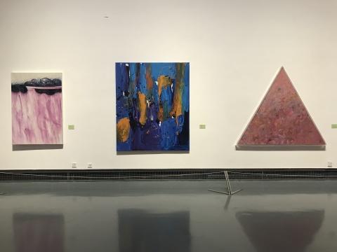 展览现场展出的王远(右一)、李磊(中)作品