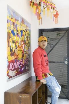 NIGO®肖像,背后的《The KAWS Album》是NIGO®委托KAWS创作的© Sotheby's