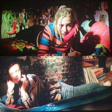 在影片中,一对青年男女在用老式家庭座机煲电话粥。