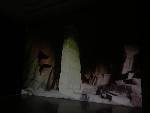 """展览中的影像记录艺术家""""涂""""山的整个过程"""