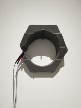 郭城《琥珀No.1》40×40×18cm 混凝土、钢筋、不明物 2019