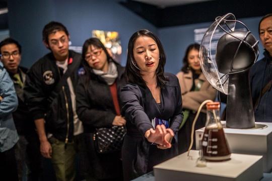"""魏颖带领媒体进行""""准自然——生物艺术,边界与实验室""""导览"""