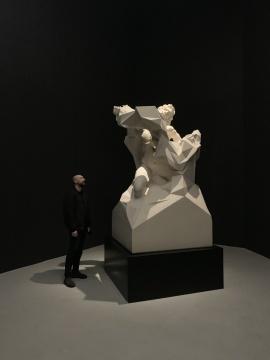 艺术家夸尤拉与其雕塑作品《拉奥孔#D20 Q1》230×123×130cm 粉状白色大理石 2016