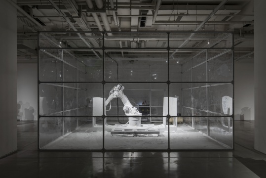 《雕塑工厂#2》机器尺寸250×250×100cm 围笼尺寸:360×600×600cm 机器人数控装置 2019