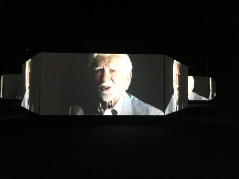 《新纪元》,图中人物为移动电话之父马丁·库帕