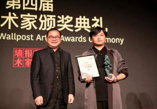 牧云社社长张宝全为三等奖获得者汪子博颁奖