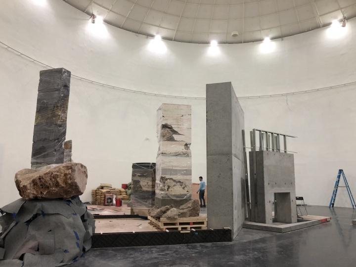 """阿根廷艺术家Adrián Villar Rojas个展""""有时候你会想,在一个相互连接的宇宙中,谁在梦到谁?""""布展现场"""