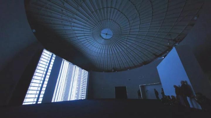 2018年11月7日,上海油罐艺术中心为艺术家池田亮司(Ryoji Ikeda)举办最新个展「data.tron [WUXGA version]」,此次展览也是第十二届上海双年展的官方城市项目之一
