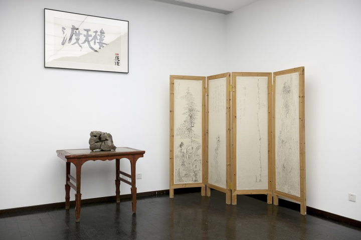 刘太乃藏品:荒木经惟的书法、2017年收藏于保利的清代石头、明代的桌子、台湾乌龙画派艺术家于彭的屏风(摄影:董林)