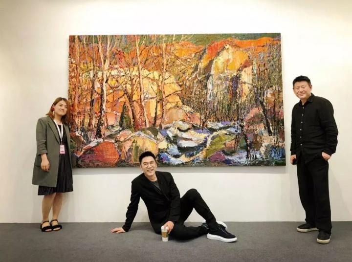 知名歌手林依轮(中)、艺术家周春芽(右)在首届Art Chengdu尹朝阳作品前