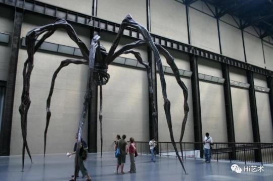 《妈妈》 (1999) 在泰特现代美术馆(Tate Modern)涡旋厅(Turbine Hall)展览现场,图片来源:网络