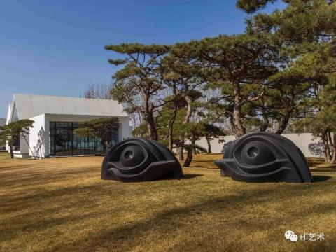路易斯·布尔乔亚 《眼镜长椅 III》 黑色门津巴布韦花岗岩,成对 129.5 x 243.8 x 139.7 cm 1996-1997 图片版权伊斯顿基金会VAGA(ARS),松美术馆展览现场 摄影:JJYPHOTO 致谢:豪瑟沃斯