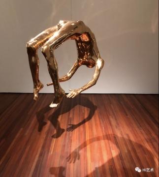 路易丝·布尔乔亚 《歇斯底里之弧》83.8x101.6x58.4cm 青铜、抛光铜绿,悬挂件 1993 伊斯顿基金会收藏,松美术馆展览现场(展出时间3月24-6月23日),摄影:罗颖