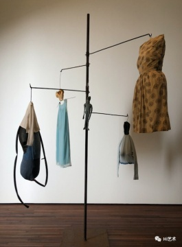 路易斯·布尔乔亚 《无题》 281.9×215.9×210.8cm 布料、线、钢、骨、橡胶 1996 路易丝·布尔乔亚信托机构收藏。松美术馆展览现场,摄影:罗颖