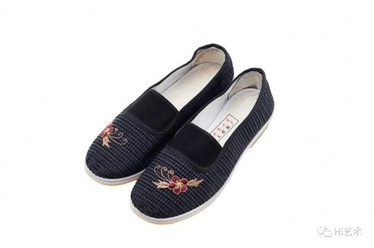 段建宇(b.1972)《一双绣花鞋 —— 姐姐妹妹都不错 No.2(一组两件)》 181×217 cm ; 24 × 16 cm 油彩 压克力彩 刺绣 画布;绣花鞋一双 2011 估价: HK$ 1,200,000 – 2,200,000