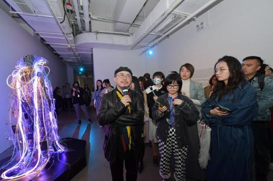 艺术家叶锦添在展览现场为嘉宾进行导览