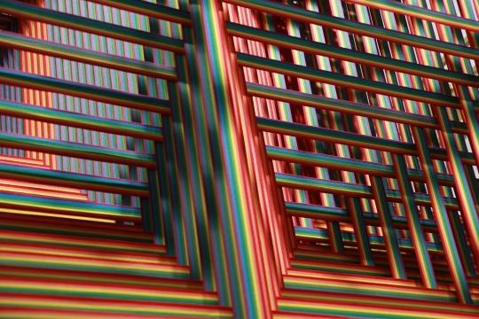 戴丹丹 《矩阵之祷告室》  300×300×300cm 弹力带、铁网、铝合金 2019