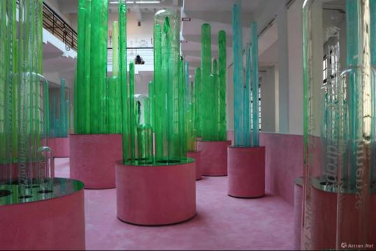 林天苗 《我的花园 My Garden》 铝合金框架结构、玻璃、液体循环系统、地毯 尺寸可变