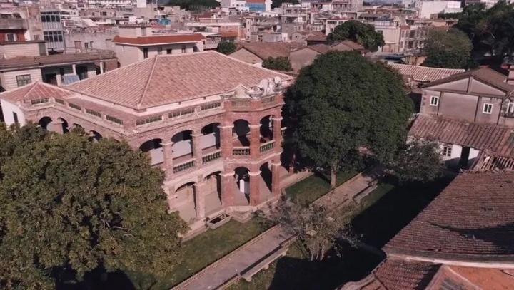 在长城上盖了个教堂穹顶的他,这次在展厅里做了一条龙