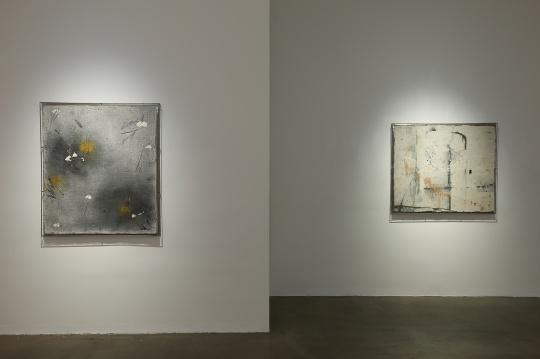 左:安立奎·布里克曼 《三个黄点》 120×105cm 油画、墨(钢网)2010  右:安立奎·布里克曼 《破损的画作》 105×120cm 油画(钢网) 2012