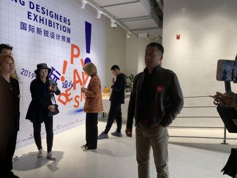 中国设计中心(伦敦)的创始人瞿铮进行导览
