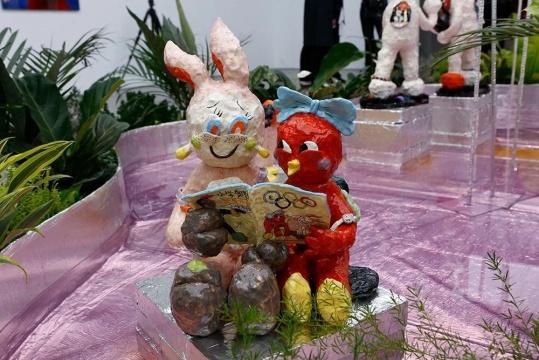 潘望舒《鸡兔同笼》45×33×33cm 陶瓷 2018