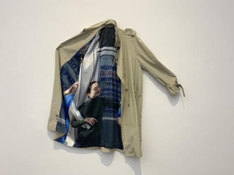 阿玛利娅·乌尔曼《国际密谋》 130×50cm 二手风衣、缎纹织物数码打印2019