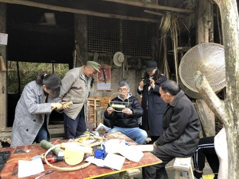 松本秋则前往武隆进行在地调研,并与武隆竹编艺人王庆武讨论作品