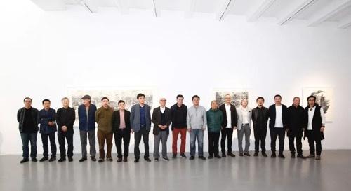 展览开幕嘉宾合影。右二和右五分别是艺术家陈琦和小林敬生