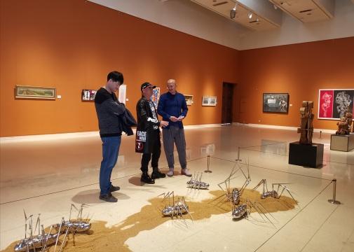 食草堂创始人牛合印与艺术家在现场交流