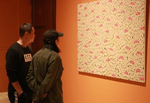 天津美院油画系周世麟教授(右)观看作品
