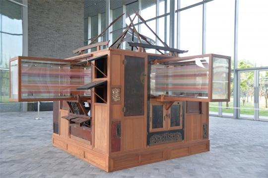向阳 《幻化之屋》(角度1) 中式老家具、丝线、木 300×300×350cm 2018
