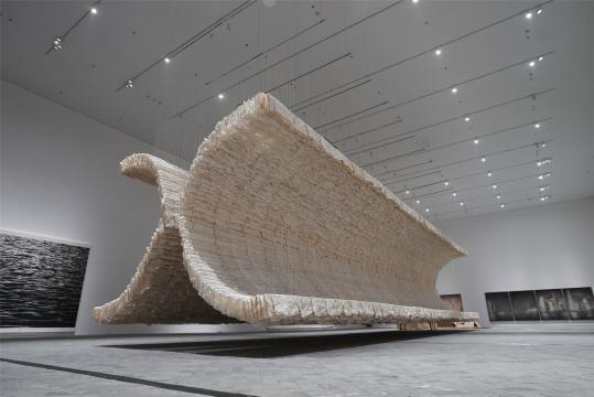 朱金石 《背对的月光》 宣纸、竹子、棉线 800×450×1800cm 2019