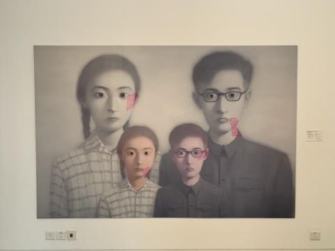 张晓刚 《血缘系列:大家庭第10号》 200×300cm 油彩画布 2000  估价:900万-1300万港元  此为复制品,并未按照原作实际尺寸复制