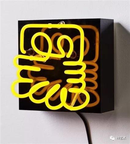 《Black》 22×22×8.5cmneon mounted on an acrylic base2010  布鲁克·安德鲁是一位维拉度里/凯尔特(澳大利亚原住民)艺术家,1996年以来一直活跃在国际艺坛。他的跨学科实践批判性地审视了与全球殖民主义和现代性历史相关的主导叙事。通过博物馆和档案的介入,他的沉浸式艺术作品为观看被遗忘的历史提供了不同的视角,也为当今世界解释历史提供了不同的方式。