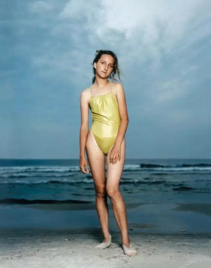 莱涅克·迪克斯特拉《沙滩肖像》系列作品  莱涅克·迪克斯特拉于1981年至1986年在阿姆斯特丹皇家艺术学院学习摄影。20世纪80年代后期,开始为荷兰的杂志俱乐部拍摄人物。她曾获柯达奖、阿姆斯特尔芬艺术鼓励奖、维尔纳·曼茨奖、花旗银行私人银行摄影奖、麦卡伦皇家摄影奖和哈苏国际摄影奖等。