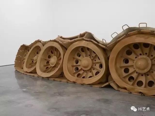 《坦克计划》 890x600x150cm 植鞣革 2011-2013   何翔宇的创作实践可以被视作各类个体、社会和政治主题的材料测试场和观念实验室。作为一名在中国迅速城市化时期成长起来的艺术家,何翔宇尝试由物体间的转化体现或引导感知。