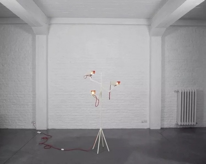 《Surveillance Light》 2008,Human since 1982组合成立以来的首件作品   Humans since 1982是由生于1982年的德国艺术家巴斯蒂安·比肖夫(Bastian Bischoff)和瑞典艺术家佩莱·埃曼努埃尔森(Per Emanuelsson)组成的创作小组。他们从事的工作种类繁杂,囊括艺术、设计和技术等方面,风格自由而不拘一格。他们作品的鲜明特征体现在对时钟、智能手机、监控设备等日常物品的升华与颠覆、视觉双关及对无法企及事物的追求。