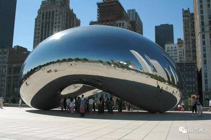 芝加哥世纪公园的《云门》,是安尼施·卡普尔的代表作之一  安尼施·卡普尔是当今公认的最具影响力的雕塑家之一。曾代表英国参加了第44届威尼斯双年展(1990),并因此于1991年被授予Premio 2000大奖,并赢得透纳奖(Turner Prize)。2013年,他因为在艺术上的杰出贡献荣获骑士头衔,并于2017年荣获创世纪奖(Genesis Prize laureate)。