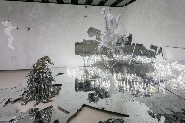 李昢 伦敦海沃德画廊Crashing展览现场,2018年,伦敦。摄影:Mark Blower 图片由李昢工作室、伦敦海沃德画廊及立木画廊(香港、纽约及首尔)提供    李昢父母皆为左派异见人士,其成长经历了汉城(首尔)政治动荡和社会变迁时期。她自始至终都是一种反传统性格,之后彻底破除了自己在校时所接受的雕塑训练,转而结合背离理想美学概念的可穿戴软雕塑形式,创造出极具表述力的作品。李昢不断创作煽动性作品,跨越流派与领域,探索美感、堕落和腐败等主题。